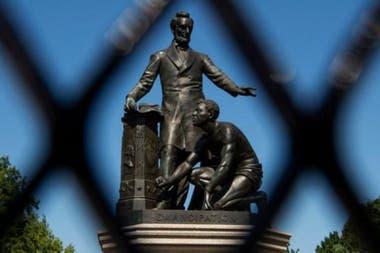 El polémico monumento de Emancipación en Washington, con Lincoln de pie y un esclavo arrodillado.