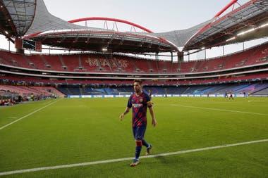 Messi, solo como durante todo el partido frente a Bayern. Barcelona quedó afuera de la Champions con una goleada histórica.