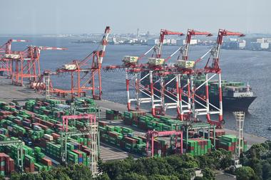 Contenedores y un buque de carga se ven en la terminal de carga internacional en el puerto de Tokio el 17 de agosto de 2020