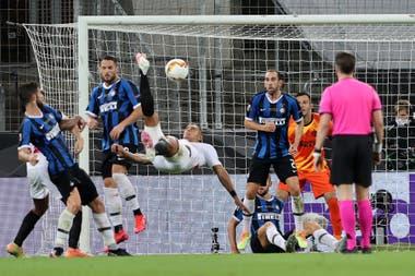 Diego Carlos, en el aire: el defensor brasileño ensaya una chilena: la pelota dará en el botín derecho de Romelu Lukaku y será el gol definitivo para que Sevilla consiga la Europa League ante Inter.