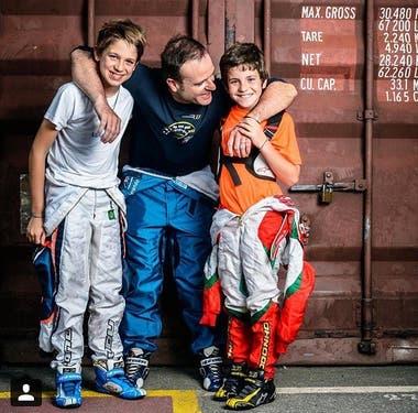 """Barrichello junto a sus hijos Dudu y Fernando, con los que compartió su regreso al karting; """"fue volver a mis orígenes, por eso me gustó y lo disfruté tanto""""."""