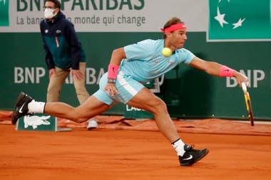 Rafael Nadal en acción durante la final contra el serbio Novak Djokovic; el español acumula 20 torneos de Grand Slam, cifra con la que igualó el récord de Roger Federer