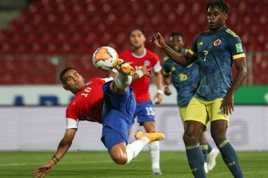 Una pirueta de Sebastián Vegas frente a Duván Zapata en el único empate de la jornada, el 2-2 entre chilenos y colombianos.