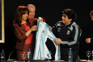 Maradona, Julio Grondona y Cristina Kirchner, en la presentación de Fútbol Para Todos