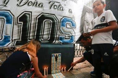 Banderas y velas, la postal de una tarde triste en La Plata