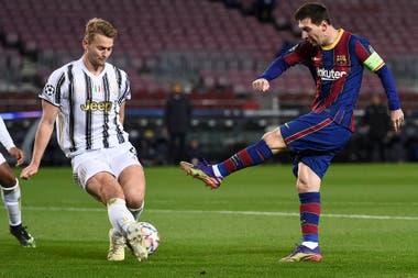 Uno de los tantos disparos de Messi, contra la marca de De Ligt, una noche se le negó el gol