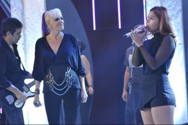 Tais Bornes cantando en el streaming, y Valeria a su lado, muy orgullosa