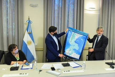 El ministro Trotta y Daniel Filmus anunciaron la impresión de 50.000 ejemplares del nuevo mapa bicontinental e insular de la Argentina