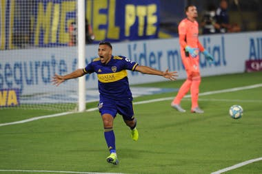 """Wanchope"" Ábila celebra el gol que abrió el superclásico ante River."