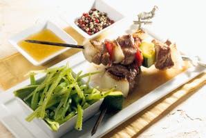 Pinchos de cerdo y vegetales