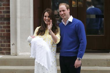 Kate y William saludaron y mostraron a su beba