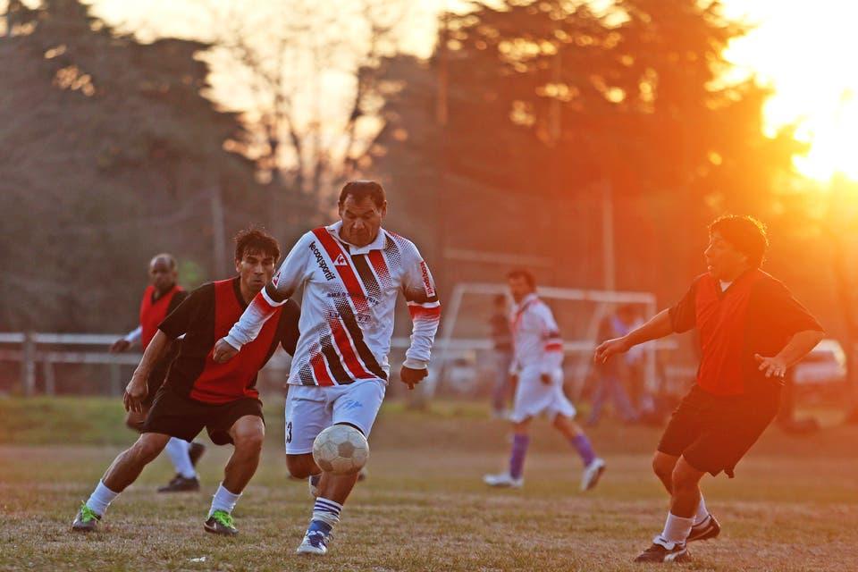 c355b3d0 Fútbol sin edad: el furor de seguir jugando después de los 50 años - LA  NACION