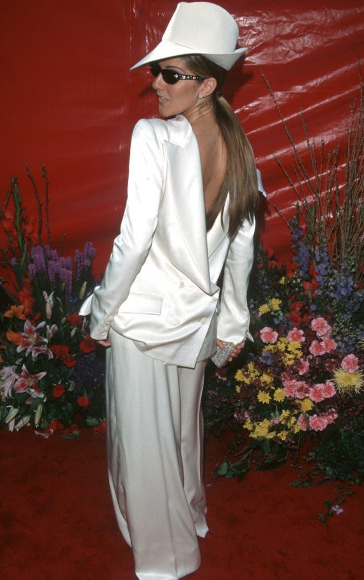 Celine Dion definió el look de traje sastre al revés diseñado por John Galliano como ´avant garde´; sin embargo, si bien fue audaz que llevara pantalones, la actitud rapera impostada a la voz melódica más importante de los últimos tiempos le jugó una mala pasada en la ceremonia de 1999