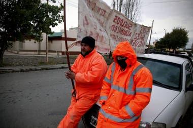 Sin trabajo: dos exempleados de Austral protestan frente a la casa de Lázaro Báez