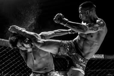 Vctor Cabrera da una gran patada a José Hinojosa en el evento de MMA Invictus Fighter en el Estadio Delmi de Salta Capital. Junio de 2017. Foto: Javier Corbalán