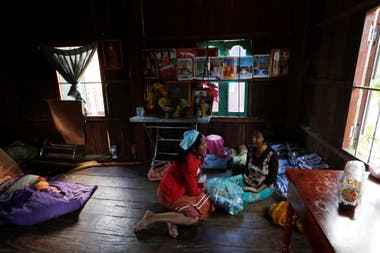 Khen Srey Touch visita una tienda tradicional de medicina camboyana durante su almuerzo de una hora. Compró medicina para ayudarla con la leche materna cuando de a luz a su segundo hijo.