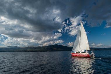 Navegación en velero por el Lago Aluminé, en Villa Pehuenia.