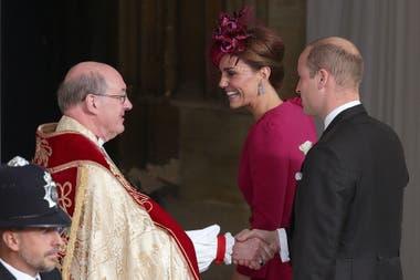 El príncipe William y Kate Middelton saludan al llegar a la boda de de la princesa Eugenia