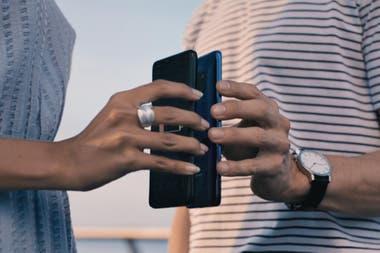Si se apoya un Huawei Mate 20 Pro contra otro teléfono que tenga carga por inducción, es posible activar una función que permite transferirle energía de su batería de 4200 mAh