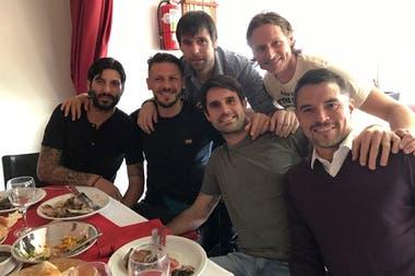 Alejandro Domínguez, Martín Demichelis, Fernando Cavenaghi, Guillermo Pereyra, David Nalbandian y Javier Saviola en un almuerzo previo al partido de despedida de Fernando Cavenaghi.