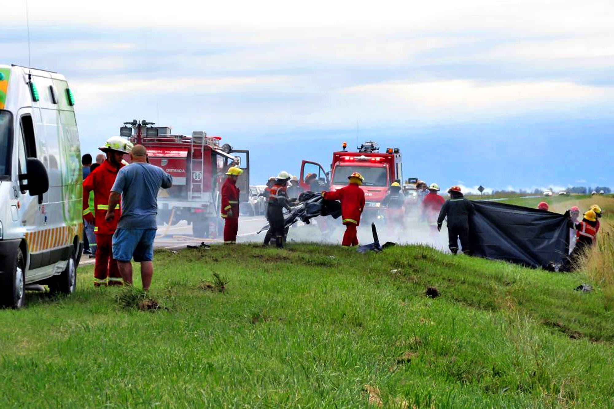 Cuatro muertos por el incendio de un auto que chocó con un camión en la ruta 188
