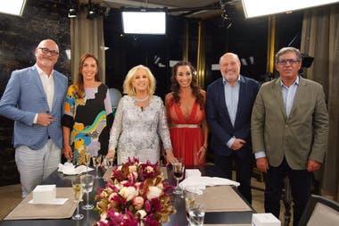 La conductora Mirtha Legrand y sus invitados: Osvaldo Gross, María Eugenia Vidal, Mora Godoy, Alfredo Leuco y Carlos Reymundo Roberts