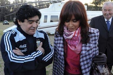 """Maradona y Cristina Kirchner con Grondona atrás, en 2009, el día que el Gobierno nacional anunció la creación del Fútbol para Todos. Esa decisión precipitó el final de """"Fútbol de Primera"""""""