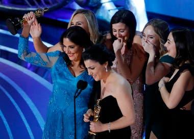 Rayka Zehtabchi y Melissa Berton aceptan el Oscar por Mejor Corto Documental