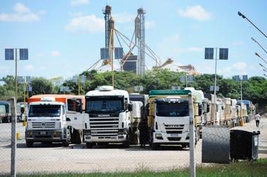 Los camiones en la planta de Cargill en San Lorenzo esperan su turno para la descarga