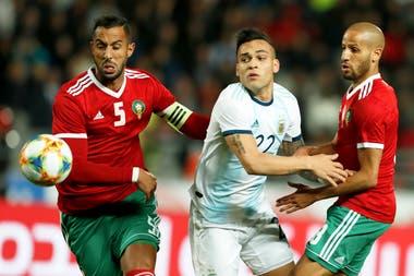 Lautaro Martinez lucha entre Benatia y El Ahmadi; el delantero de Inter chocó constantemente contra los centrales africanos