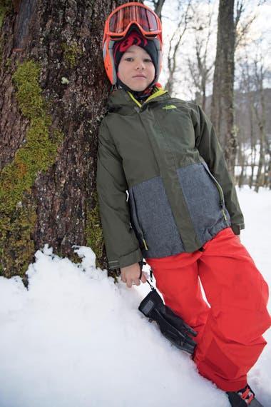 En un alto en la jornada de esquí, Suria posa como un modelo profesional.