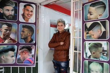 David Soria trabaja en una peluquería de la villa 31 y dice que no pueden aumentar los precios