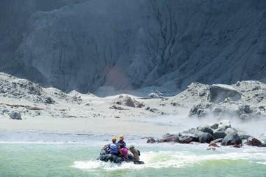 Varios turistas son evacuados tras la erupción