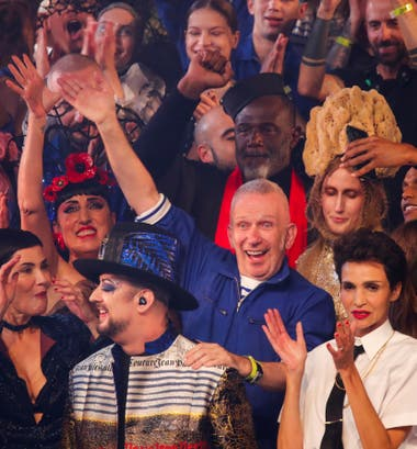 Junto con su gente, Gaultier se mostró alegre
