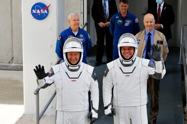 NASA - SpaceX: los astronautas Douglas Hurley y Robert Behnke en el centro espacial Kennedy, en Cabo Cañaveral, Florida