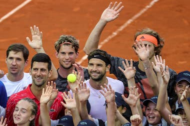 Dimitrov, positivo de Covid-19, junto con Lajovic, Djokovic, Thiem, Zverev y decenas de chicos, el 12 de junio, en Belgrado.