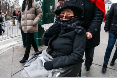 Una imagen de este año muestra a Yoko Ono en silla de ruedas