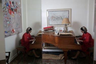 Ides Kihlen tocando el piano su casa