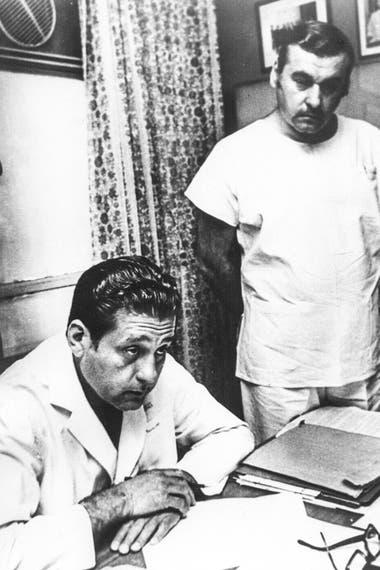 En la Clínica de Jacinto Aráuz, junto a su hermano, Juan José