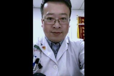 El médico Li Wenliang, quien fue uno de los primeros en advertir de los contagios, murió luego de tratar a pacientes de covid-19.
