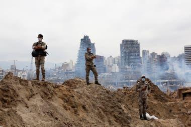 Dos soldados libanenes en el área del puerto de Beirut, donde fueron las dos explosiones el martes pasado