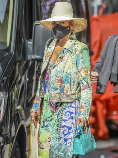 ¿Quién es? Parte II: Jennifer Lopez y un look, cuanto menos, llamativo y con el toque acorde a la pandemia