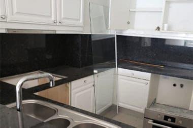 La cocina del departamento que se remata por 830.000 dólares de base.