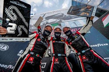 Podio completo de Honda: Esteban Guerrieri, flanquedo por Tiago Monteiro y Nésto Bebu Girolami; el de Mataderos ganó dos de las tres carreras en Hungría y el cordobés logró dos terceros puestos