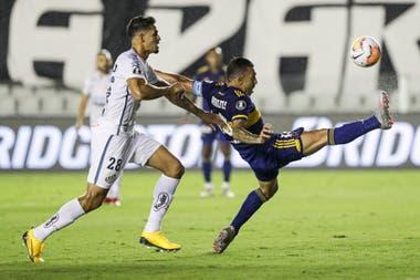 Carlos Tevez lucha por la pelota con Lucas Verissimo durante la semifinal de la Copa Libertadores entre Boca Juniors y Santos.