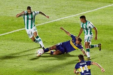 Edwin Cardona disputa la pelota con Martín Payero, los dos volantes creativos de cada equipo..