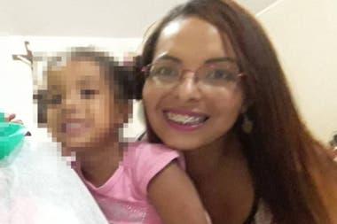 La mujer fue encontrada en el baño por la policía, rezando un rosario al lado del cuerpo sin vida de su pequeña hija, y aseguró luego que la niña estaba poseída y ella había matado a su demonio