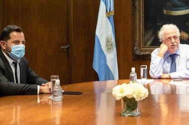 El exministro de Salud Guinness González García con su yerno Licandro Bonelli en la lista de vacunadores
