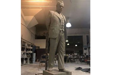 El monumento que se emplazará en la Plaza Moreno es una figura de cuerpo entero de 2,30 metros de alto, 80 centímetros de ancho y 80 centímetros de profundidad