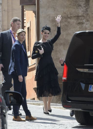 Katy Perry y un saludo para quienes se acercaron a verla